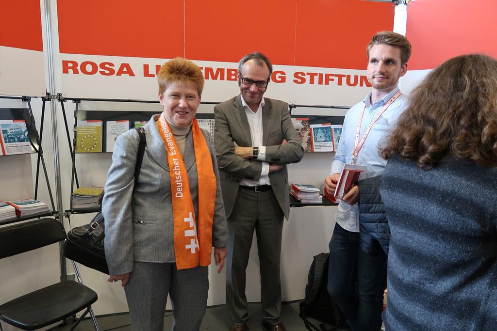 Petra Pau, Vizepräsidentin des Bundestags (links) und Florian Weis, Geschäftsführer der Rosa-Luxemburg-Stiftung